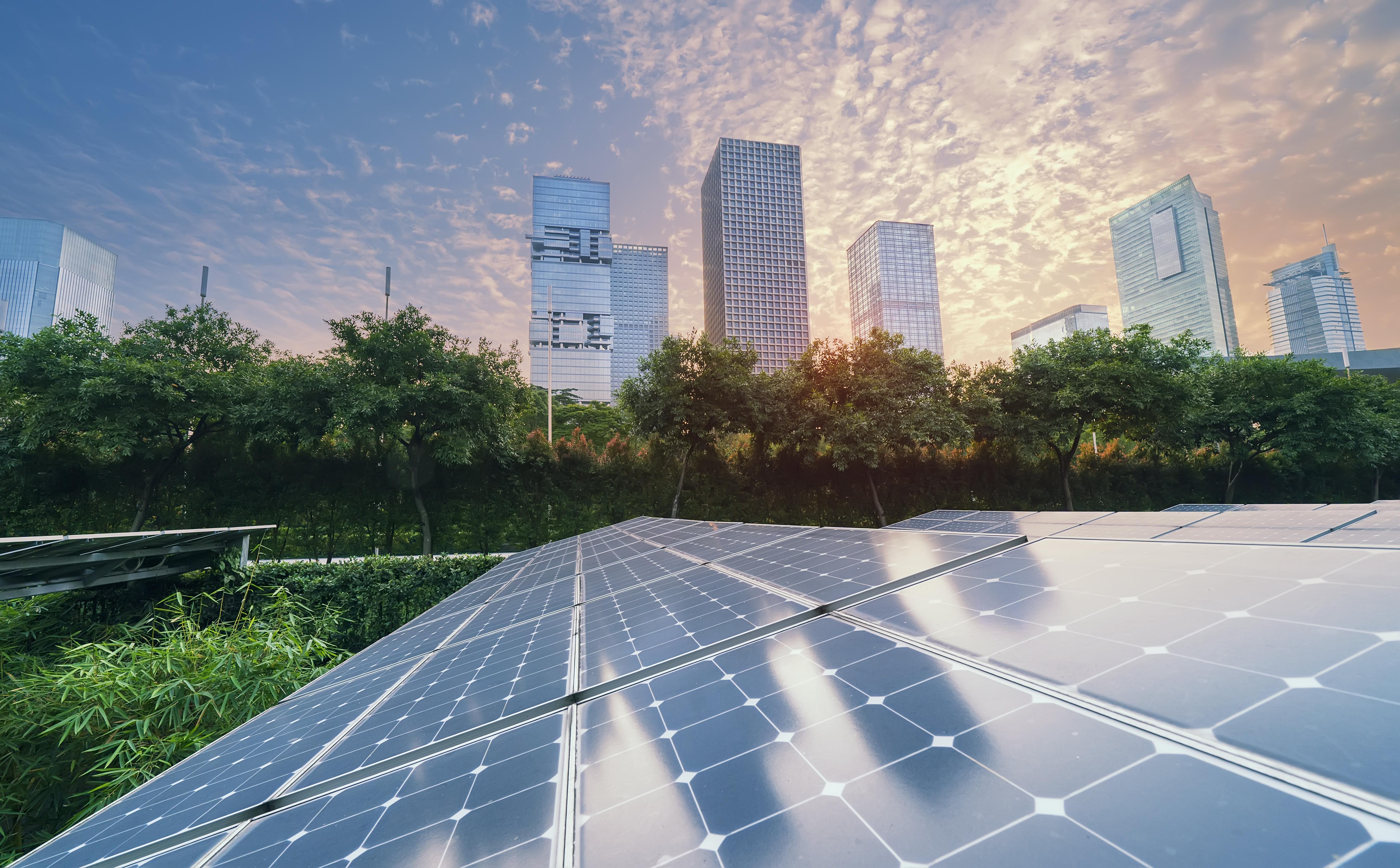 日落的现代城市的太阳能发电厂,可持续的可再生能源