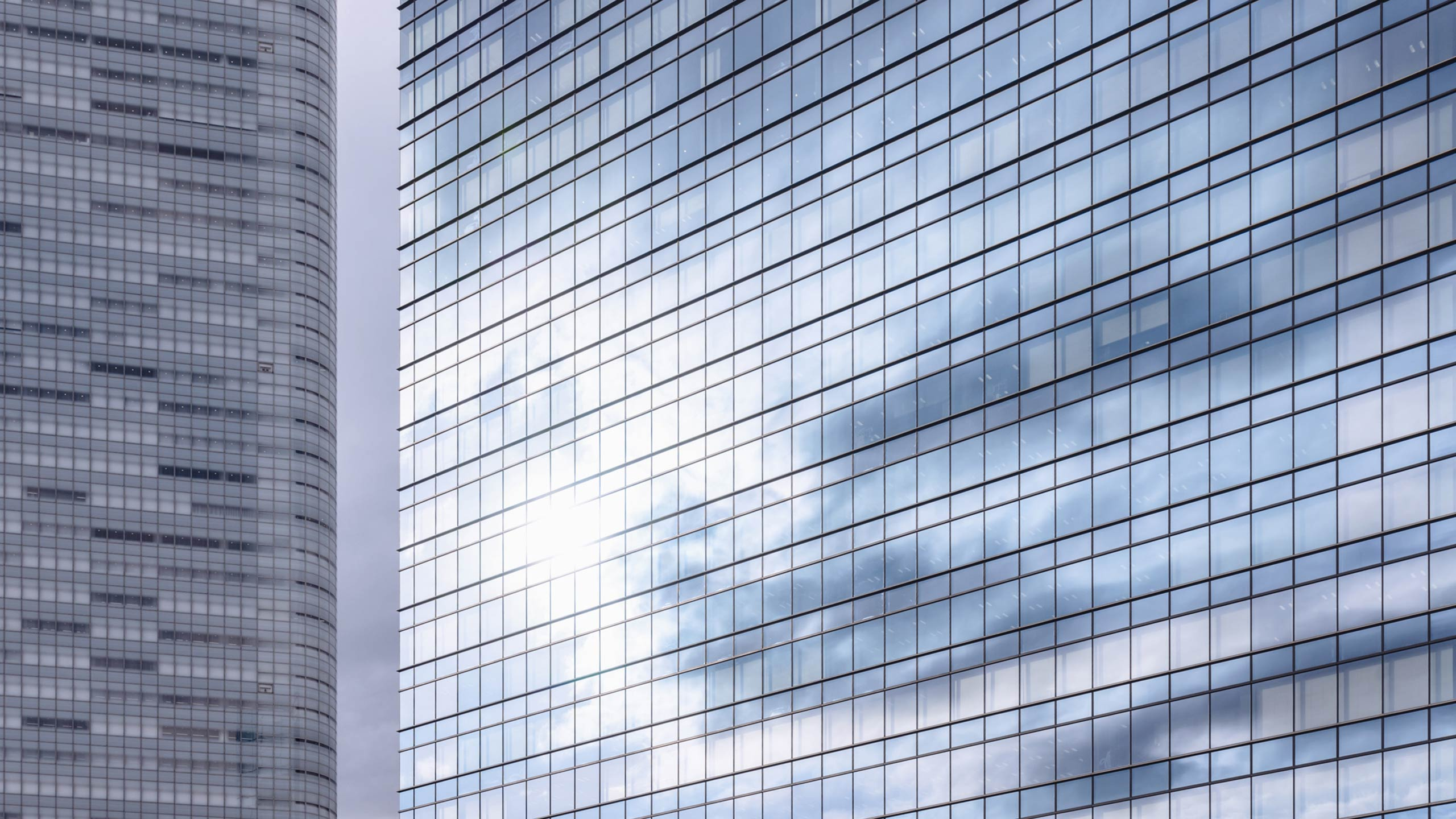 Image of a skyscraper with reflection of clouds