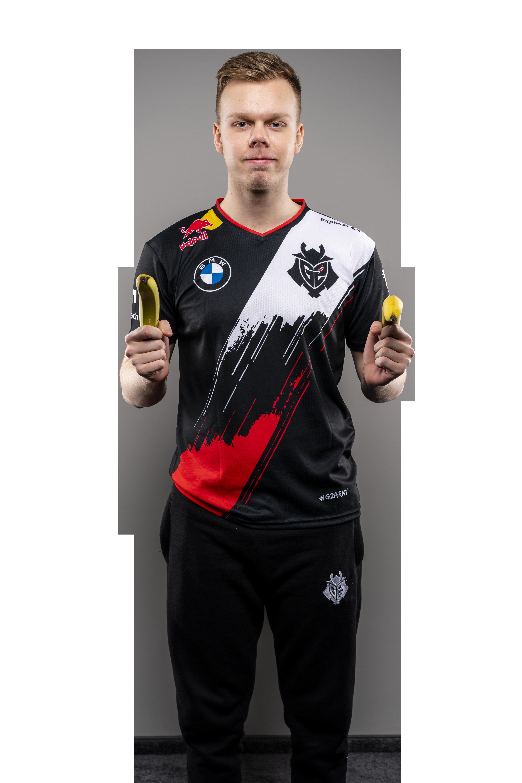 G2 Esports star Wunder playfully poses, pointing two bananas at the screen